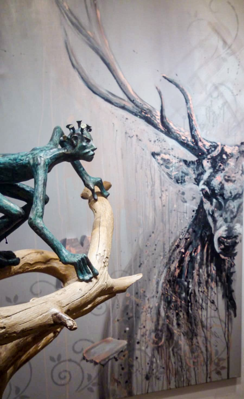 """Irmgard Kaduk: COVID 19 - Keramik auf Treibholz- Hintergrund: """"M"""" for Majestic, Kunstwerk Ute Bescht"""