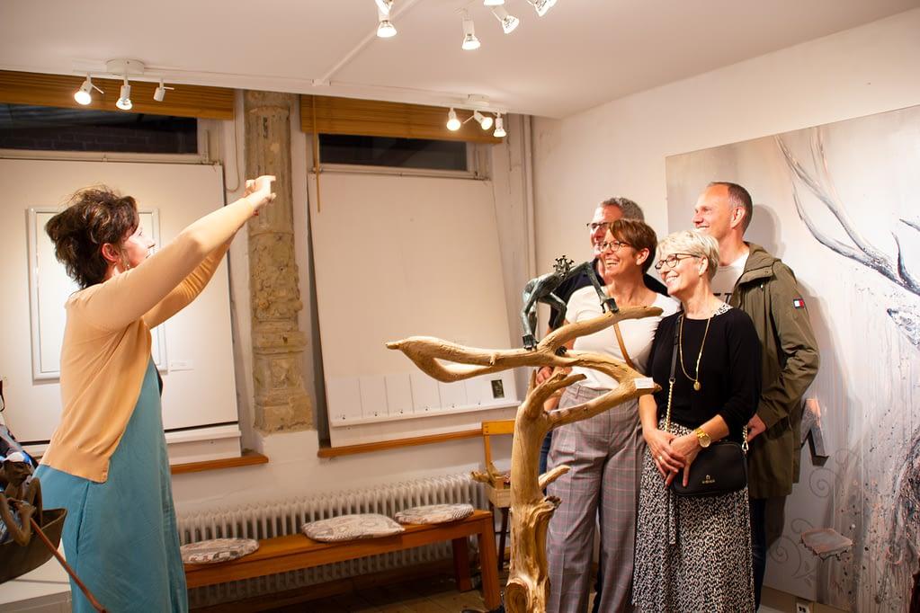 "les lignes du chaos Kunstausstellung: Ute Bescht & Selfietime vor Kunstwerk ""M for Majestic"""