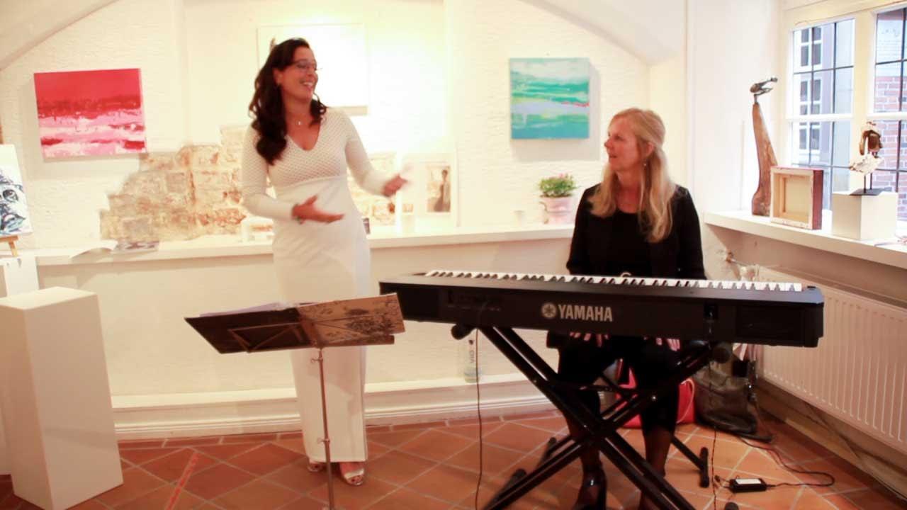Les lignes du chaos Kunstausstellung Apogeé - Larissa Schröder und Bettina Fischer mit ihrem neuesten Song